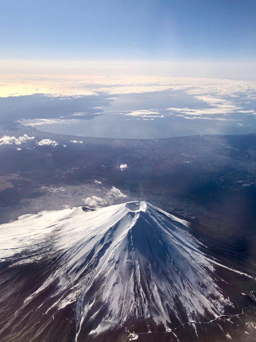 今朝は富士山の至近距離を通過。それはとても綺麗な雪化粧でしたが、上から富士山を見るとなぜかいつも申し訳ない気持ちになるのは私だけ?