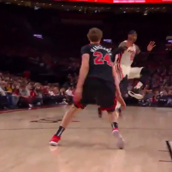 Melo with the touch pass and the Blazers bench loves it 👏   Having fun out there.