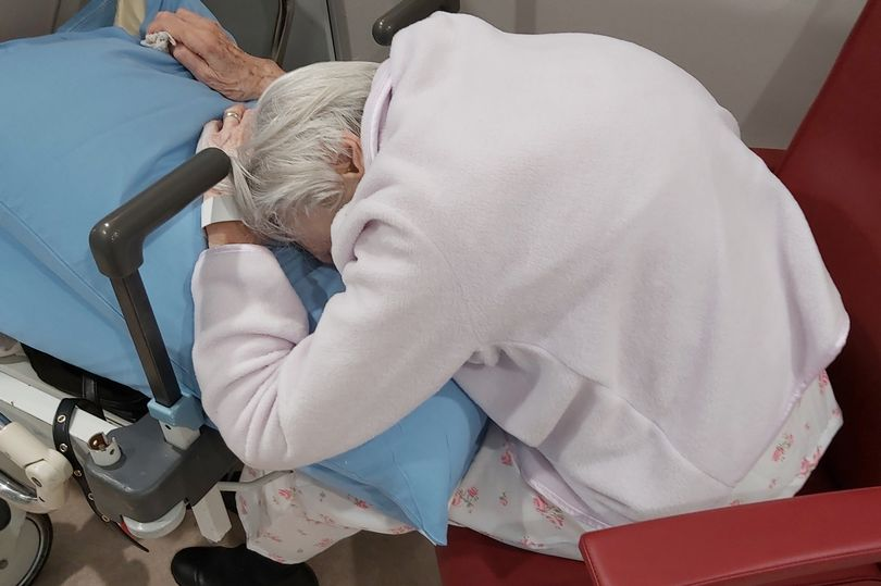 Pensioner with back pain left waiting in A&E for hospital bed for 48 hours mirror.co.uk/news/uk-news/p…