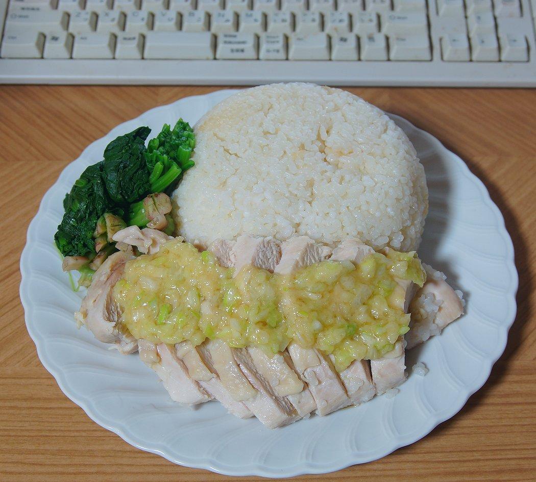 ほうれん草茹でて…盛り合わせて…海南鶏飯できたっ ウン オイシイ(´~`)モグモグ♡レシピはここ参考したのだ→