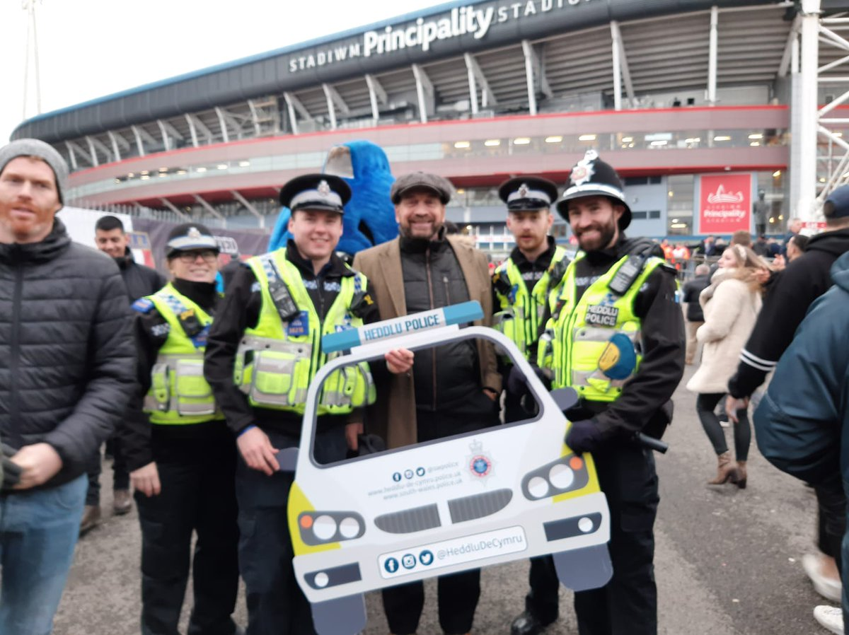 Our officers received a really positive reception at the @principalitysta great show of support for our campaign on raising awareness around knife crime #OpCosmos Out patrolling the stadium they even got to meet @MrNickKnowles ^57199 #LivesNotKnives #KeepingCardiffSafe