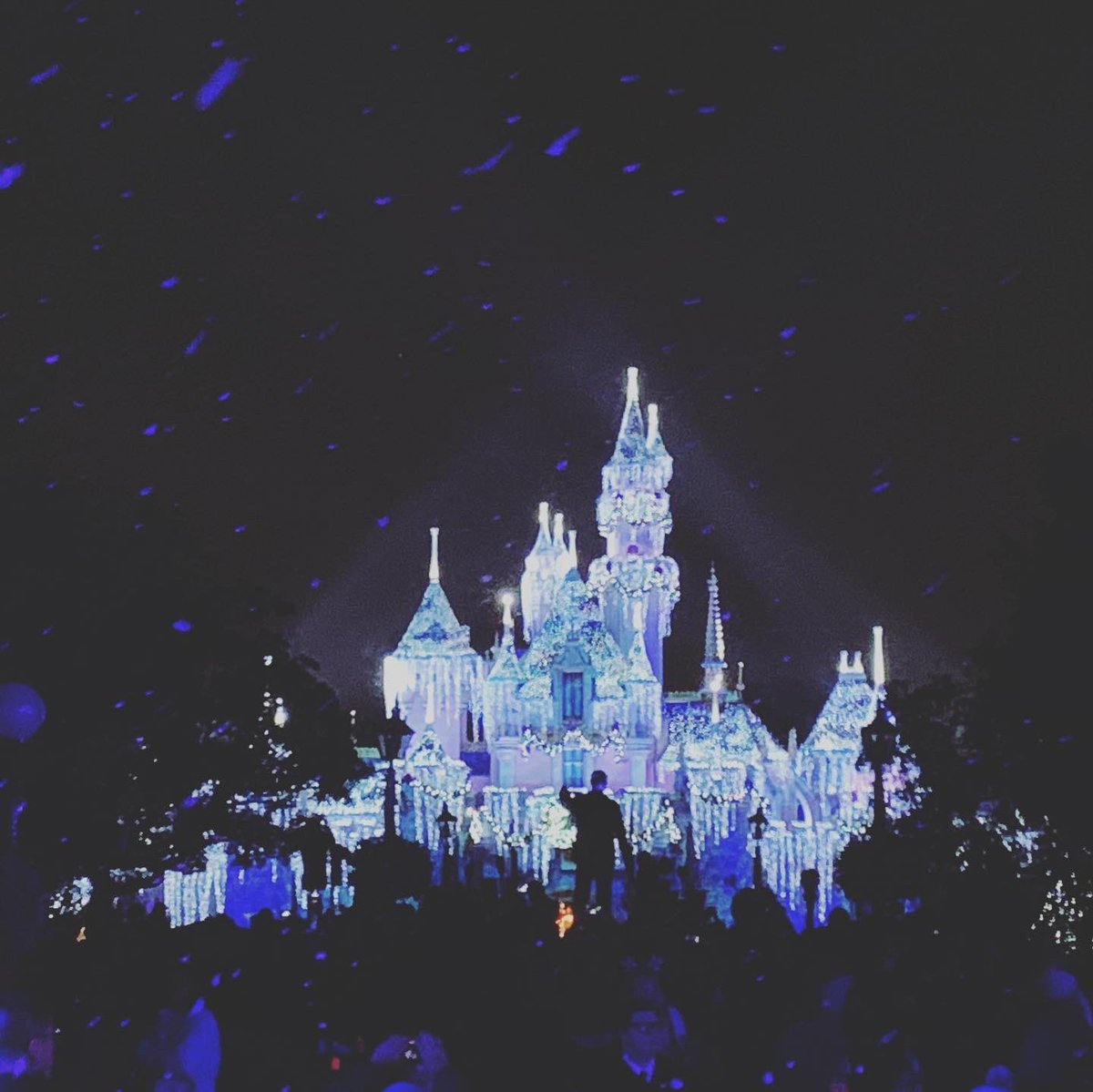 Let it snow! Let it snow! Let it snow! ❄️🏰❄️#Disneyland #disney #Disneyholidaycelebration #snow #snowfall