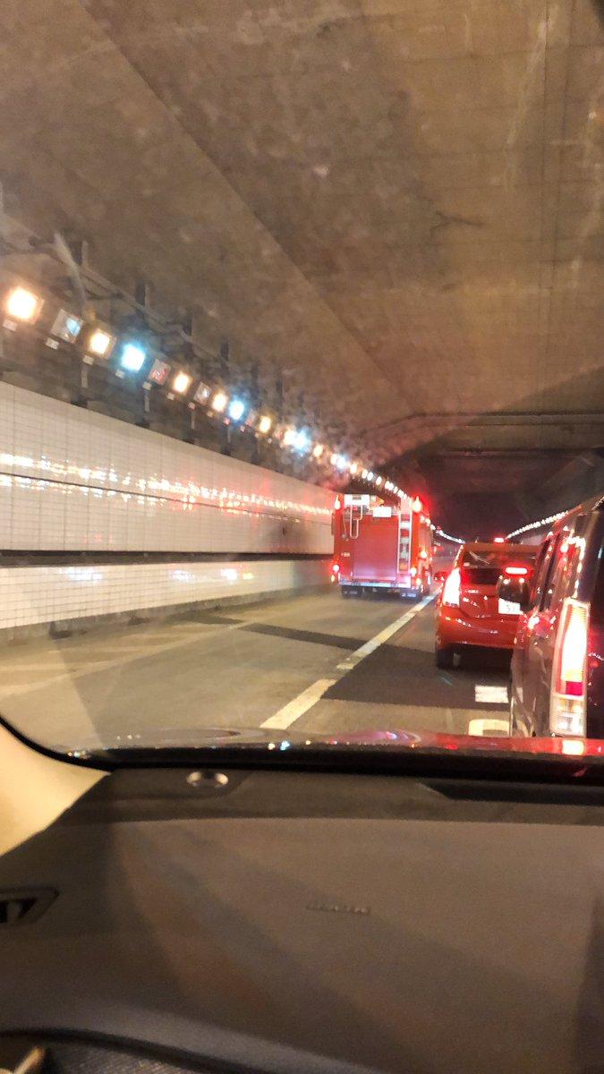 東京湾アクアラインの交通事故で消防車が駆けつけている現場画像