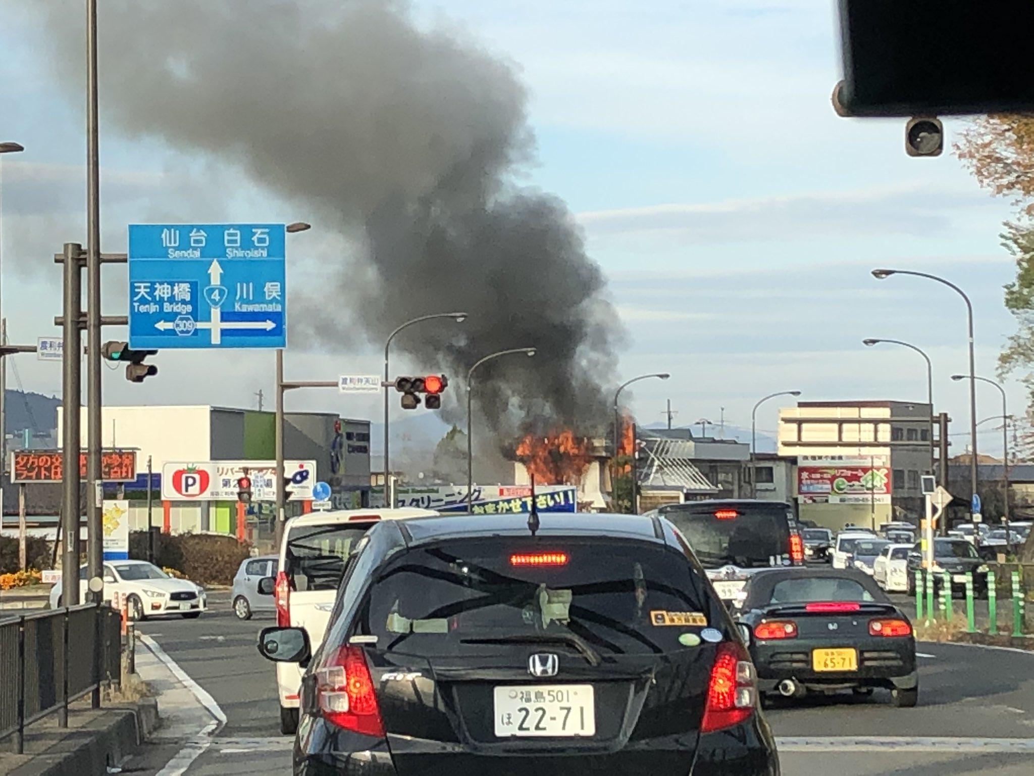 福島市のサリバンが全焼する勢いで炎上している火災現場の画像