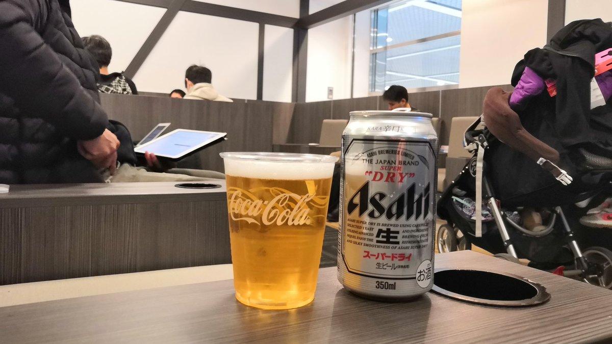 成田のクレジットカードラウンジ初めて来た。なかなか狭いねぇ。これからバンコクに戻ります。出国前エリアだから、おちおちビール飲んでられないな。