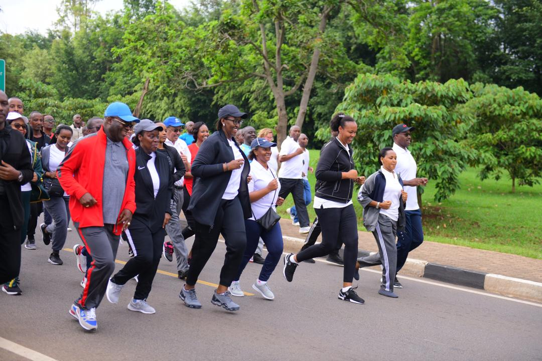 Photo of the Day: Her Excellency, Mrs. Jeannette Kagame together with other High Officials & Delegates, participating in a Special Car Free Day that marked the #WorldAIDSDay in Rwanda. | #ICASA2019Rwanda #WomenInLeadership #RwOT https://t.co/K2pfwoaEo8