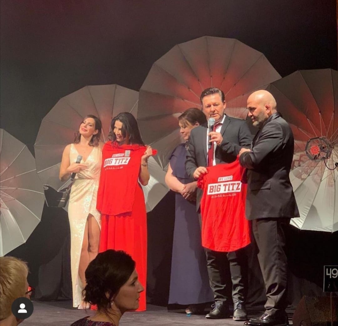"""Ein weiterer Dank gilt den Fanvertretern von RWE und RW Essen für die T-SHIRT-Idee """"WE LOVE BIG TITZ . Das Modeunternehmen Kiğılı spendet die T-Shirts, welche ab Januar 2020 über den Fan- und Onlineshop von RW Essen zu erwerben sind. Der Erlös geht zugunsten des RheumaKinder e.V. pic.twitter.com/D7CRJdk4JO"""