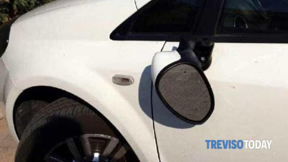 Prende a calci e sassate le auto in sosta: vandalo...