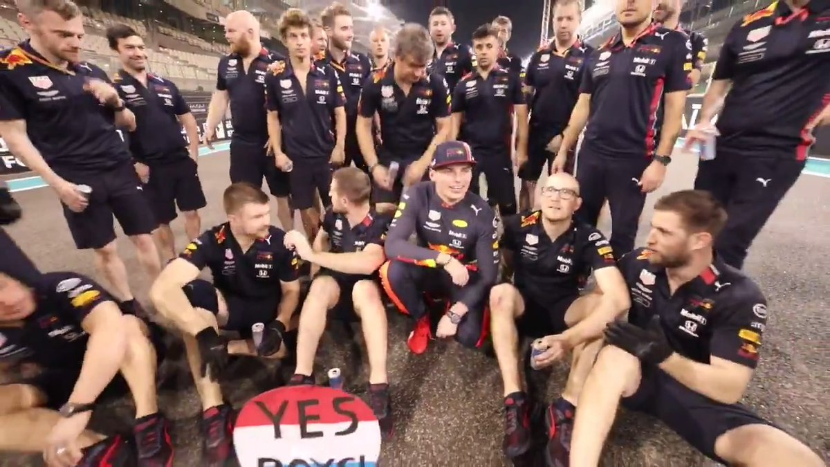 Yes boys 💪 One last team pic for car crew 3️⃣3️⃣! 📸 #AbuDhabiGP 🇦🇪 #F1