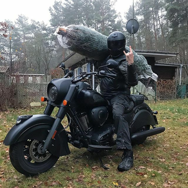 Needed to get my Christmas tree home  Do you already have yours? . . . . #borntoride #indiandarkhorse #indianmotorcycle #indianmotorcycles #motorcyclesofinstagram #ridetolive #freedommachine #bikercouple #motolove #rideandshare #chieftain #livetorid… https://ift.tt/2P3mBLv pic.twitter.com/ijTfNaYQ4F