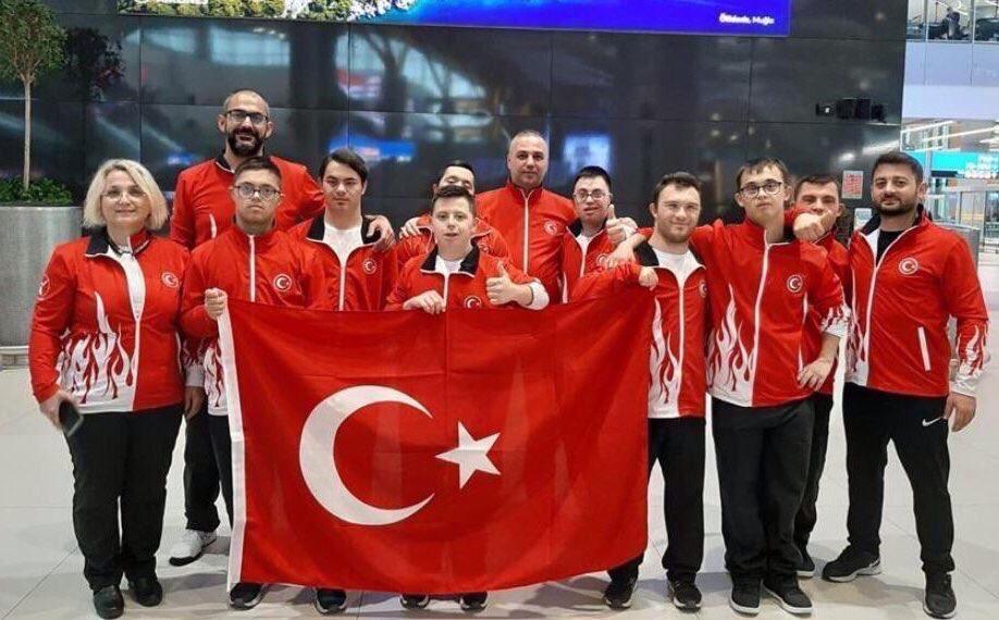 Özel sporcularımız Portekizden başarılarla dönüyor. Dünya Down Sendromlular Judo Şampiyonası'nda ilk kez ülkemize altın madalyayı getiren Talha Ahmet Erdem, 2. olan Doğukan Coşar ve Basketbol Şampiyonasında Dünya 3.sü olan sporcularımızı kutluyorum. Gururumuzsunuz...