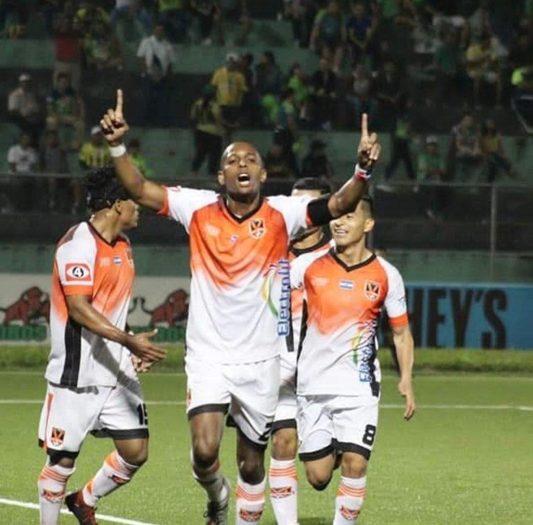 ¡19 goles!  Nuestro capitán se convirtió en el máximo anotador del torneo.  ¡Muchas felicidades @nicomunoz21! 🙌🏻  #Nicogol #PanaGol 🇵🇦🔶️ https://t.co/wbIhk0V1z2