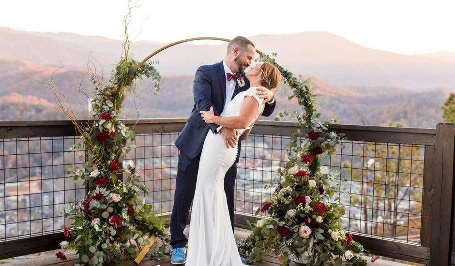 We're swooning over Melissa + Matt's rustic winter #Tennessee wedding 😍✨ {ST Photography}