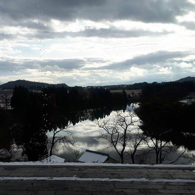 【冬の最上川】 最上川美術館のテラスは最上川を見るに絶好のポイントの一つ。 いよいよ雪景色になる前の貴重な晩秋から初冬への最上川です。 #真山形フォトコン #最上川 #最上川美術館