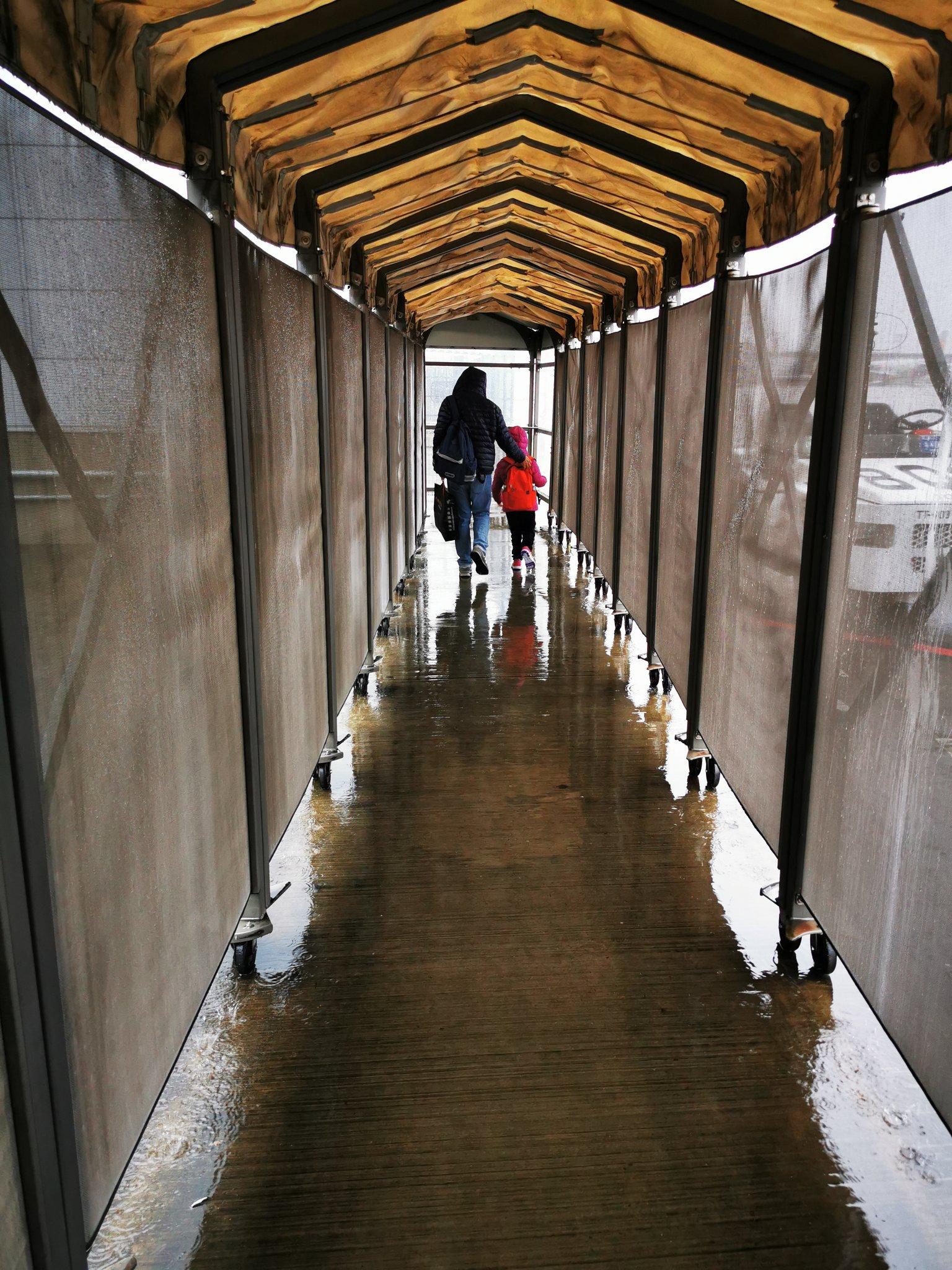 今回初めて成田空港第三ターミナル使ったんだけど、第二ターミナルから600m外を歩かせてプレハブターミナルに行かせるという「貧民!お前らは貧民!」と徹底的に叩き込ませる造りに感動したのだが、帰りも雨がダダ漏れの水たまりを飛行機から歩かせるというおもてなしにしびれている