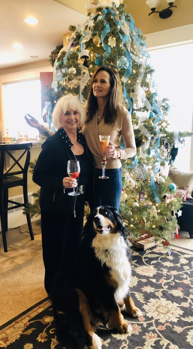 A quiet moment at work… Reflecting on a wonderful Thanksgiving… So many blessings to count… Where do I begin… I'll start with these two right here ... my mama and my doggy #GratefulMoment pic.twitter.com/JOA1hyYIqt