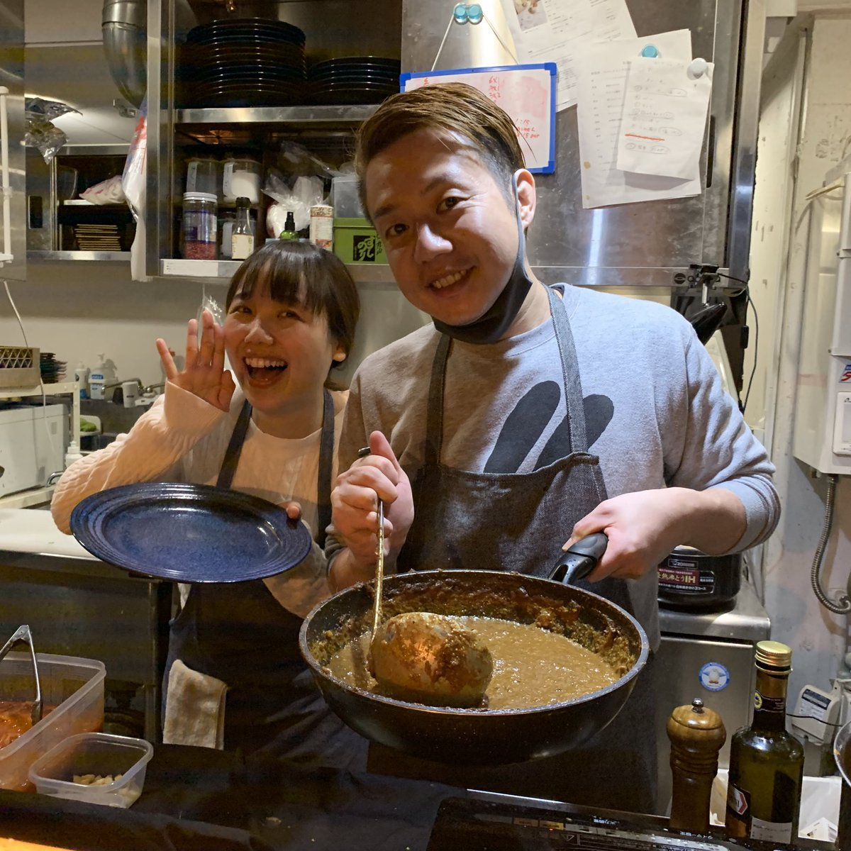 かもめんたる槙尾さんと、ハルカラのランチさんが働いてる赤坂カリガリへ。スパイシーなカレーで好きなやつでした🍛写真の夫婦感がすごい。