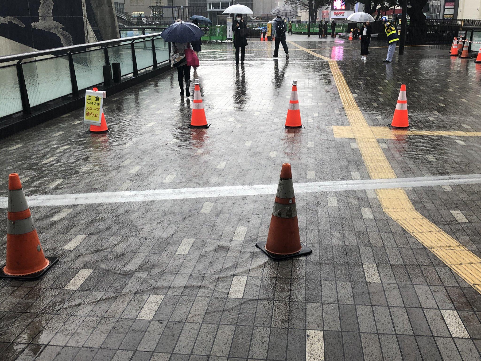 画像,@bic_fujisawa 藤沢駅北口、通路に水たまりができてて回避を促されていますw https://t.co/RCH2ZR3bj3…