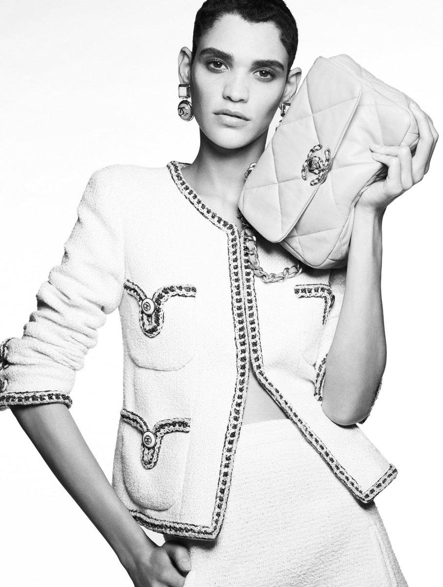 Toujours recréée, la veste en tweed #CHANEL révèle sa dernière métamorphose. La collection #CHANELCruise 2019-20, imaginée par #VirginieViard est disponible en boutique #CHANEL et sur https://t.co/Tl4kgzsjHX  👉 https://t.co/D1Kctf3DPO L'héritage de Coco Chanel #espritdegabrielle https://t.co/c3TJRs6paz