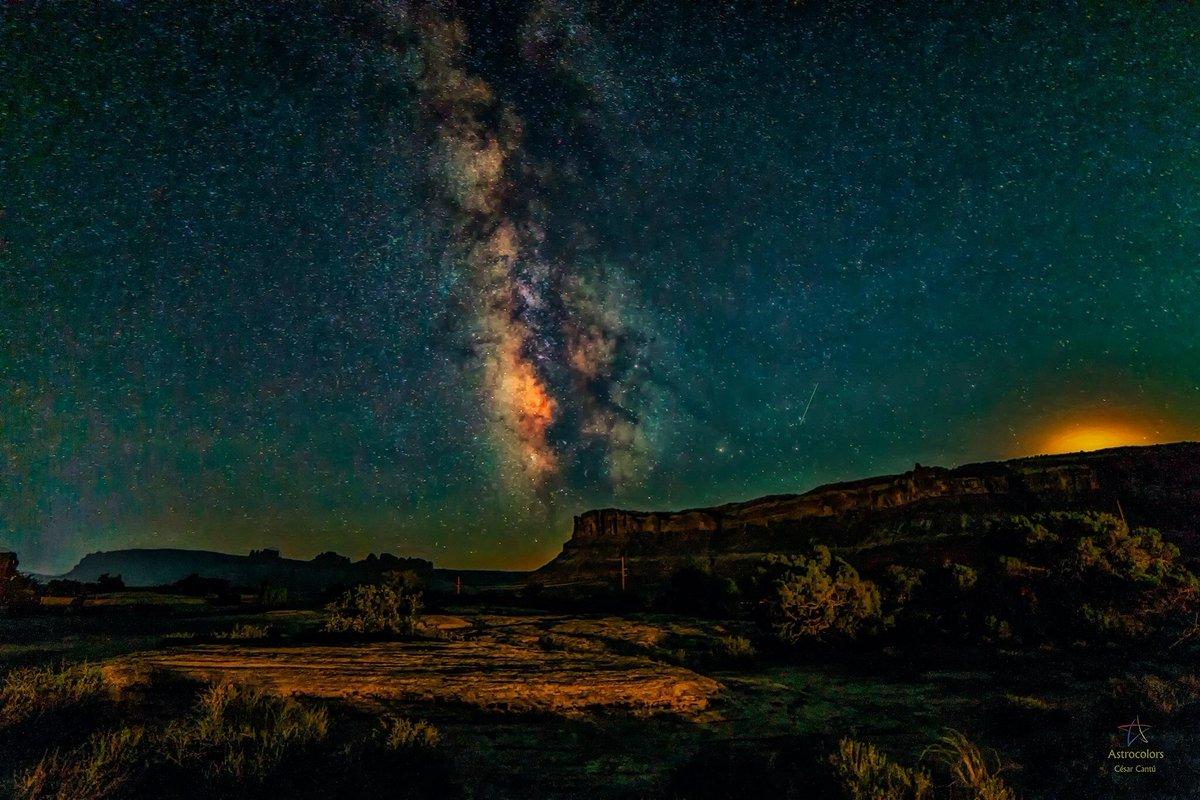 Y seguimos con otra más de las inéditas de la Vía Láctea. Esta es en Moab, Utah, y presenta a nuestra galaxia, sobre una duna de arena petrificada con el paso de millones de años y el reflejo tímido del Sol terminando de ponerse.