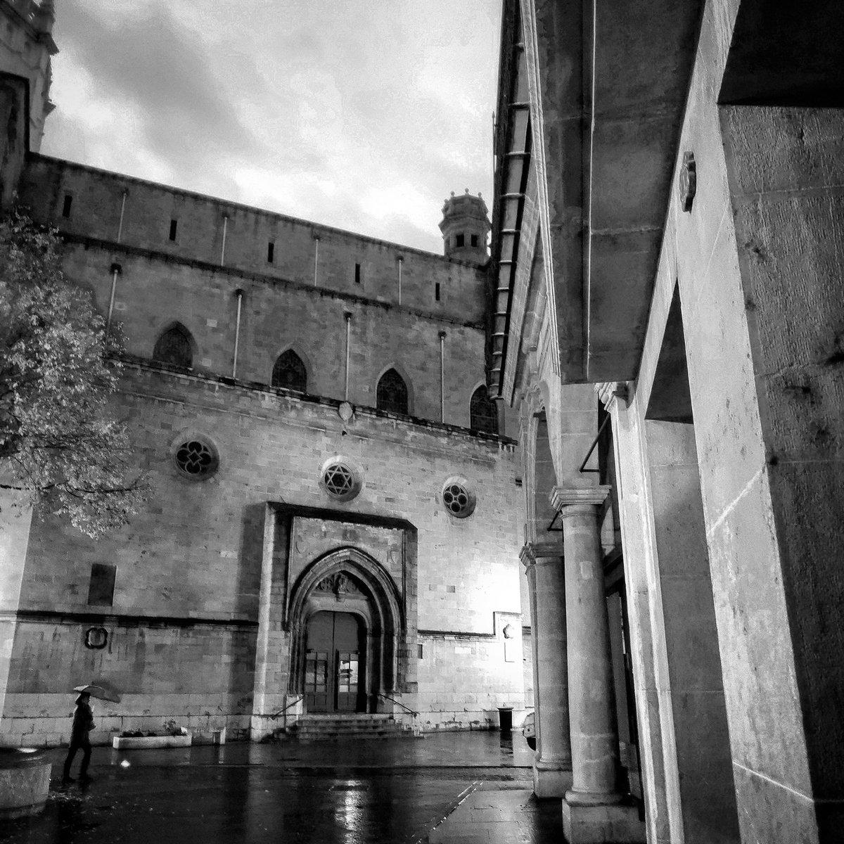 Carrer mullat, calaix shut.Bon dia, bona gent.#Catedral #CasaAbadia#Castelló #Anem