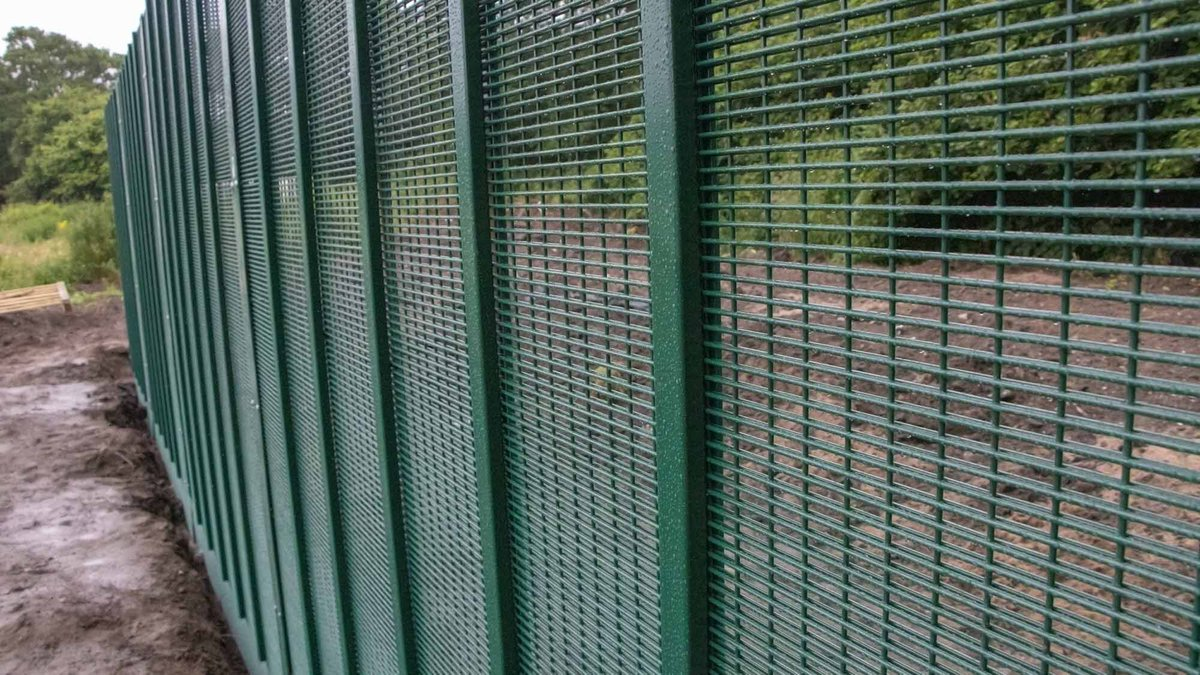 To delay #threats in physical #attacks to your #perimeter, choose CLDs Securus AC MK II #fencing system… ⚒  Find out more about it here: http://bit.ly/2mnRkIQ   #MilitarySecurity #PhysicalSecurity #Protection