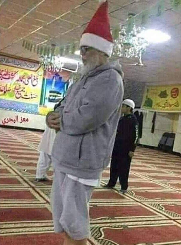 [Breaking News]Le père Noël s'est converti à l'islam, il aurait été aperçu dans une mosquée en train de faire sa prière.Le #GrandRemplacement, cher à #RenaudCamus (et à ses sbires #Zemour, #Finkielkraut, .. ) se passe comme prévu.#Hamdoullah #noël2019 #Islamophobie