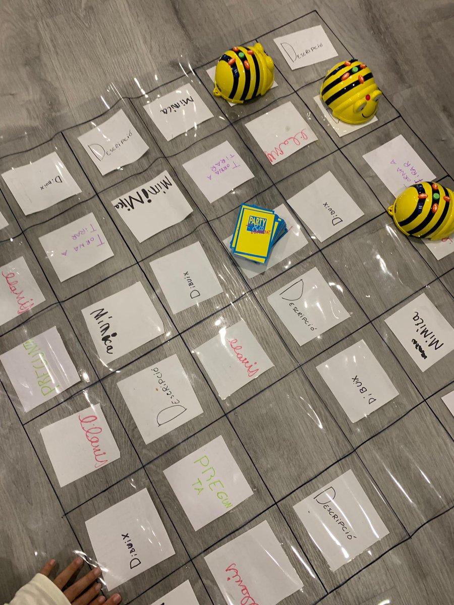 """L'altre grup dels dilluns han fet una versió del famós joc """"Party"""" amb els Beebots i s'ho han passat genial! #robotseducatius #robotica #roboticaeducativa #beebots  #jugar #aprendre #tempsdelleure #extraescolars #spribes #ribes https://t.co/sOHXSuOdF9"""