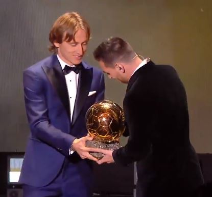 The 2018 winner Luka Modric hands over the trophy to Lionel Messi.  <br>http://pic.twitter.com/LhAQEandkg