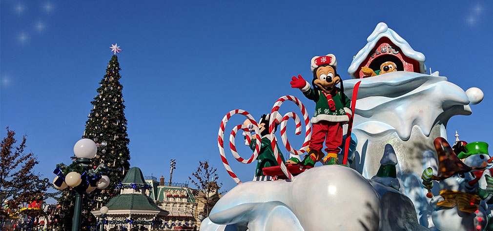 Let's sing along in a perfect harmony. Disney's Christmas Parade is about to begin. #DisneyXmas #DisneylandPark #DisneylandParis #DLP