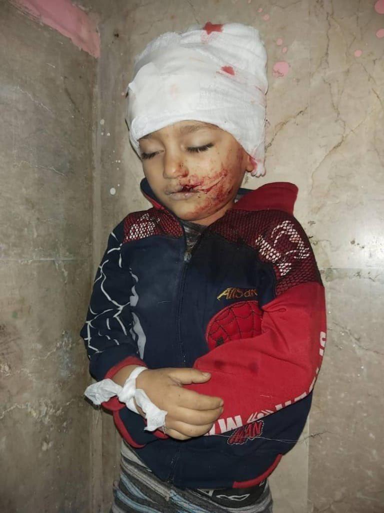 استشهاد طفل وإصابة ٧ مدنيين بينهم أطفال ونساء من عائلة واحدة جراء استهداف الطيران المروحي منازل المدنيين في بلدة معرشورين بريف إدلب الجنوبي الشرقي