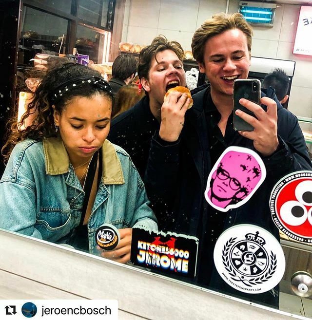 Mates that bagel together stay together   Repost @jeroencbosch ・・・ #pinkadam #stickerslap #soundadvice #stickerslaps #bagelart #bagelpinkadam #streetarteverywhere #adamclayton #urbanwalls #instagraff #urbanart #streetart #streetartdaily #streetphotography #artderue #sla…pic.twitter.com/qBnTDizCuI