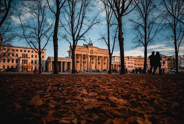 Novembers in Berlin . . Those autumn vibes always keep Berlin and the Brandenburg Gate at its freshest.  . . #berlin #germany #brandenburggate #beautifuldestinations #PassionPassport #urbanromantix #streettogether #streetvision #urbanandstr… https://ift.tt/2LV7O4Mpic.twitter.com/TDxloLwloK