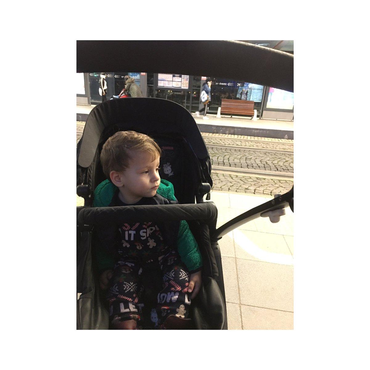 Büyük ihtimalle büyüdüğünde ünlü düşünür olacak bu çocuk 😂 ne düşünüyosa şaka şaka sarı bi karı vardı onu kesiyodu 😂😂😂 #boy #baby #son