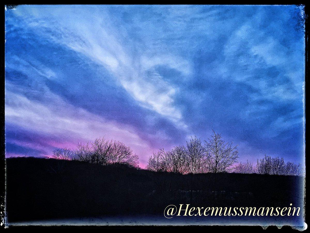 #Herbstbilder #Hunderunde #Natur #Wolkenbilder #Sonnenuntergang  Seid langer Zeit mal wieder etwas Farbe am Himmel pic.twitter.com/mUn9Wq6Or7
