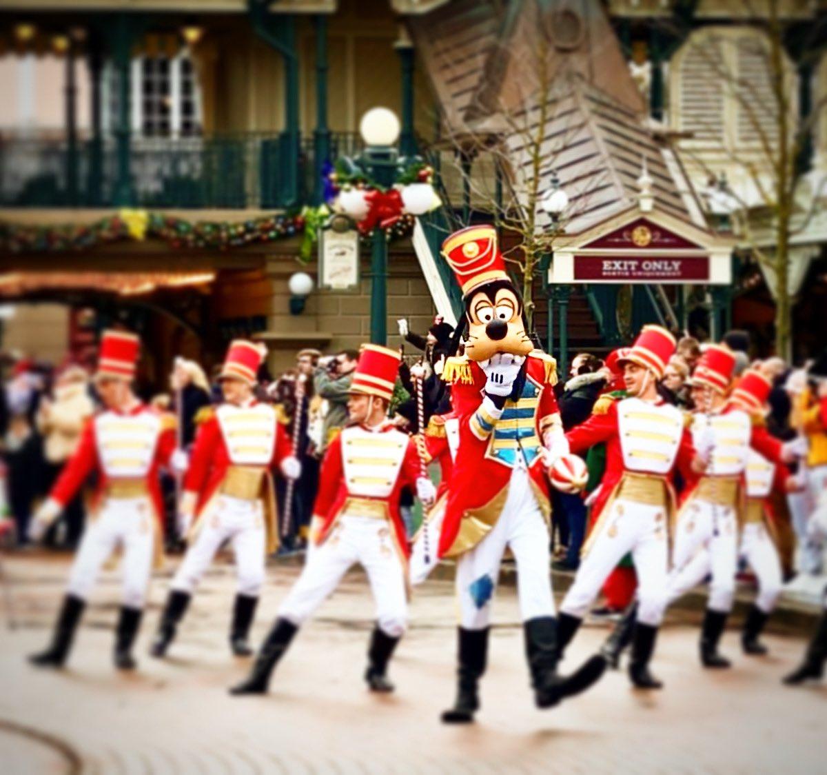 La parade de Noël Disney 🎄🎅🏻 🎁#disneylandparis #dlp #disneyland #paris #noeladisneylandparis #xmasatdisneylandparis #navidadendisneylandparis #noel #navidad #nadal #xmas #goofy #paradedisney #disneyfan #fandisney #fanparks #parkfans #instadisney