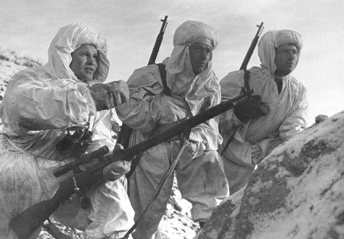 Vassili Zaitsev (esquerda) orientando companheiros (Stalingrado, Dezembro de 1942)