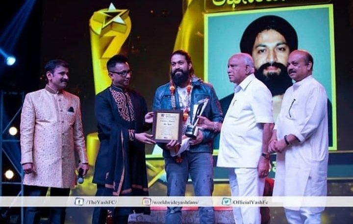 "TV9 Kannada news channel give the new award "" Nava Nakshatra"" in rocking star Yashpic.twitter.com/t3LB3adaTC"