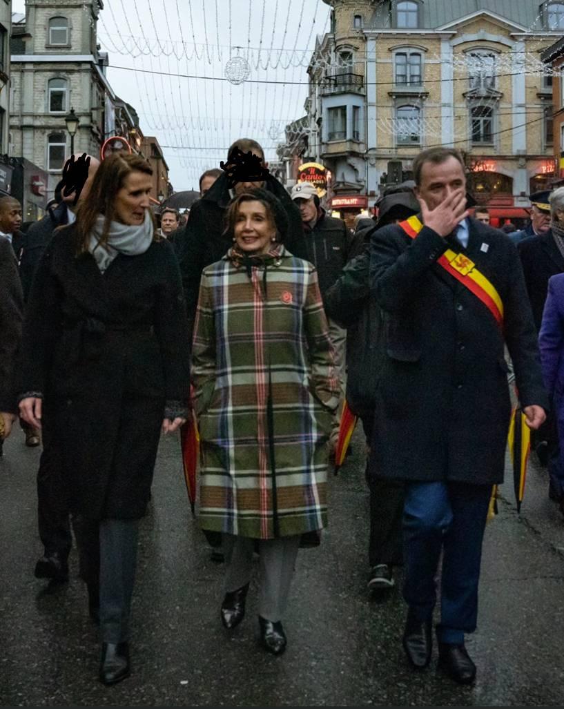 Pelosi dacht van hé. Hoe kan ik me beter populair maken in België dan uit te pakken met onze lokale klederdracht. 😉 https://t.co/ZPQuoYu0gZ