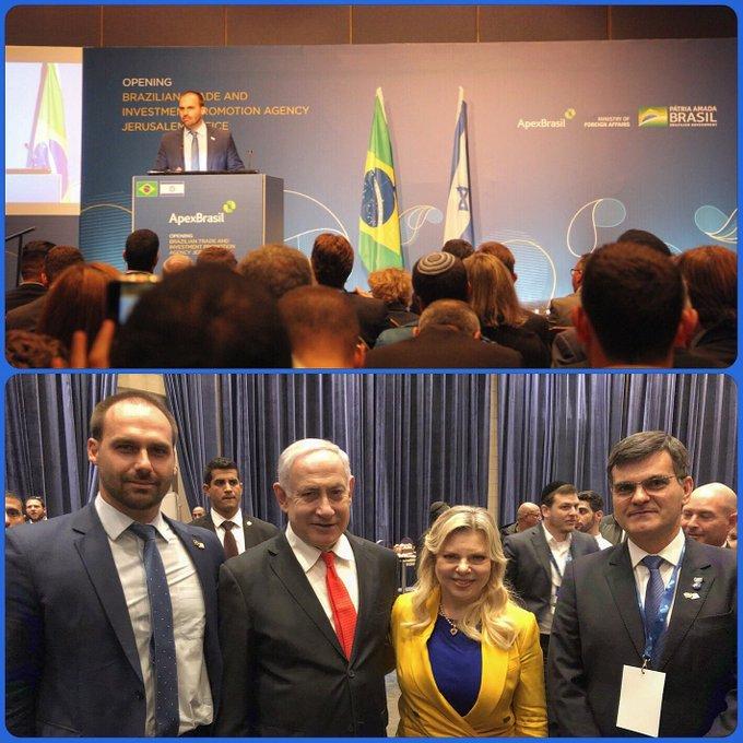 """No Twitter, Eduardo Bolsonaro classificou a inauguração do escritório comercial da Apex em Jerusalém, da qual participou neste domingo, como o """"primeiro passo"""" para a mudança da embaixada de Tel Aviv para Jerusalém. """"Trata-se do primeiro passo para a transferência da embaixada pic.twitter.com/h1XThi3Zxa"""