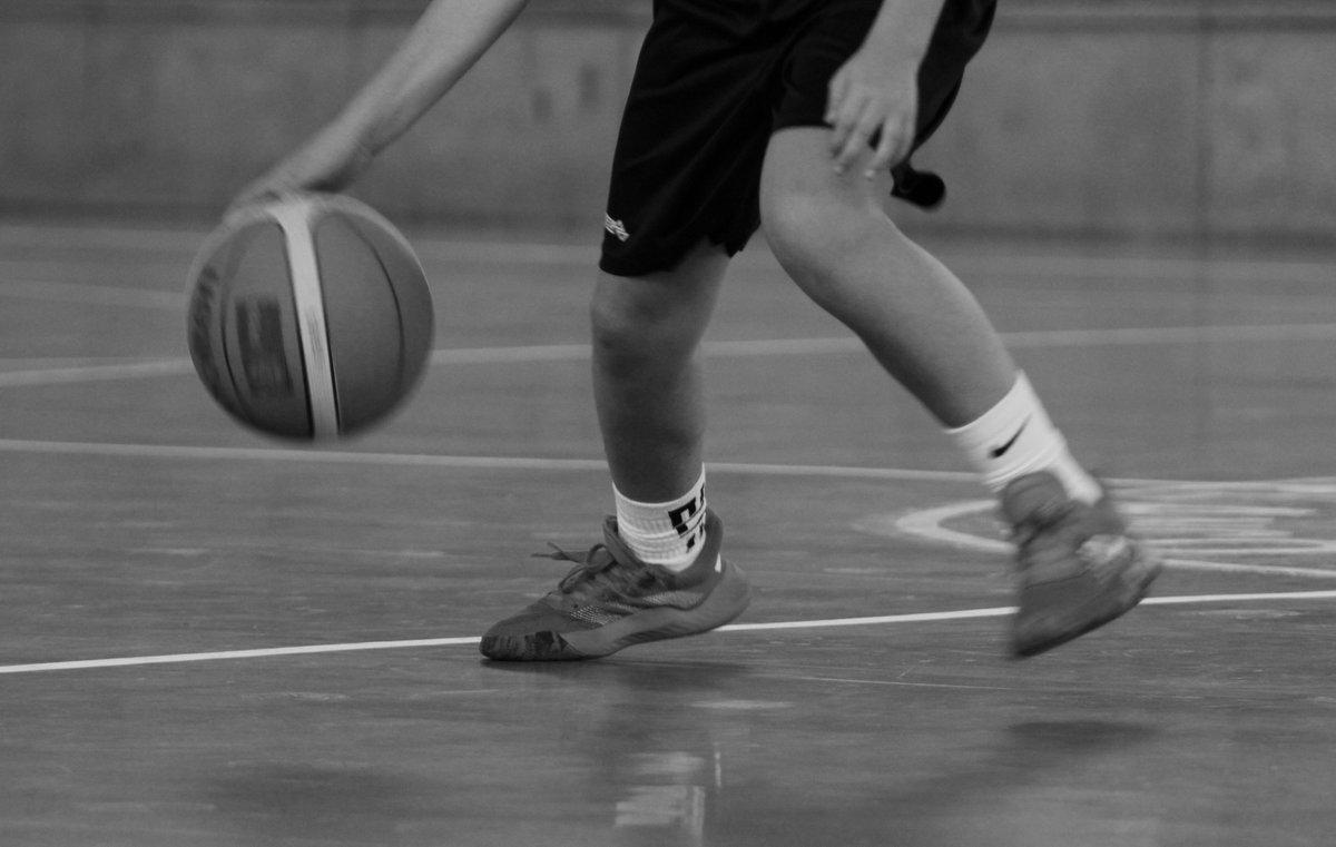 El objetivo era captar el movimiento de pies en el partido de basket  Me ha faltado darle más velocidad para que saliera más nítido.  A la próxima!!!! Y más paciencia. #fotografiabn #drescuela #basket #fotografiadeportiva pic.twitter.com/lUGfiXyS2T