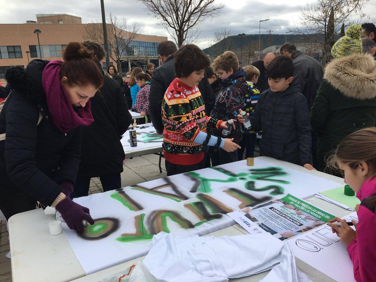 Nuestros hijos preparan sus Pancartas para la construcción de su instituto, quieren estudiar con  las mismas condiciones que otros niños #ÍESFranciscadePedrazaYa @eossoriocrespo @Lwena7 @IdiazAyusopic.twitter.com/oBz77BFmSQ