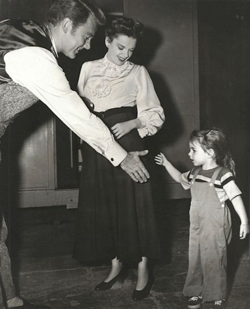3-year-old Liza Minnelli and her mother Judy Garland greet Van Johnson on the set of In the Good Old Summertime. Minnelli made her film debut in this Christmas musical. #TCMParty #OldHollywoodHolidayspic.twitter.com/4TtxCL5M1Y