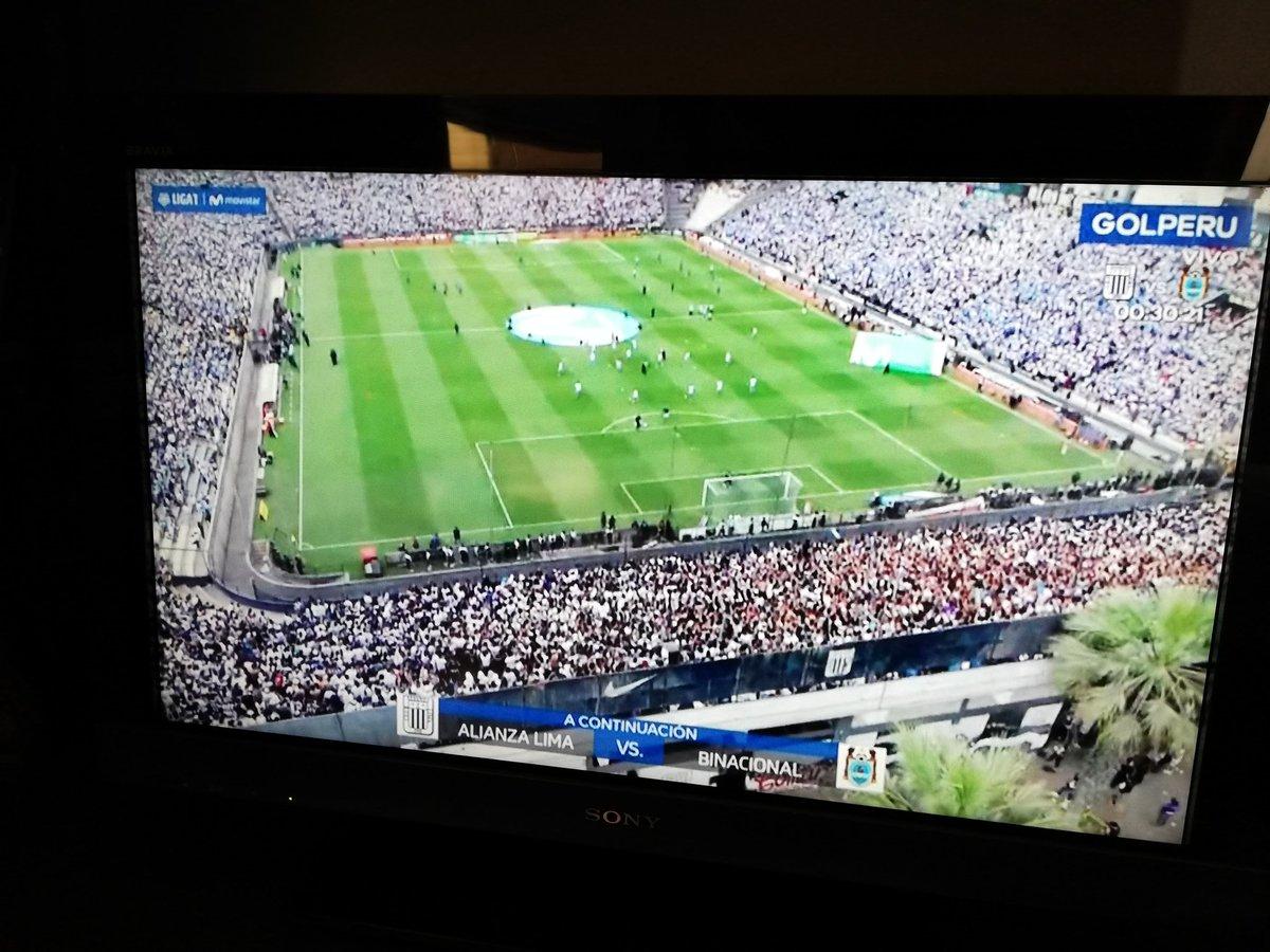 Cuando eres Futbolera ves la final de la #CopaMovistar así seas de #universitario... Vamos #Binacional pic.twitter.com/M6wz2lhSHU