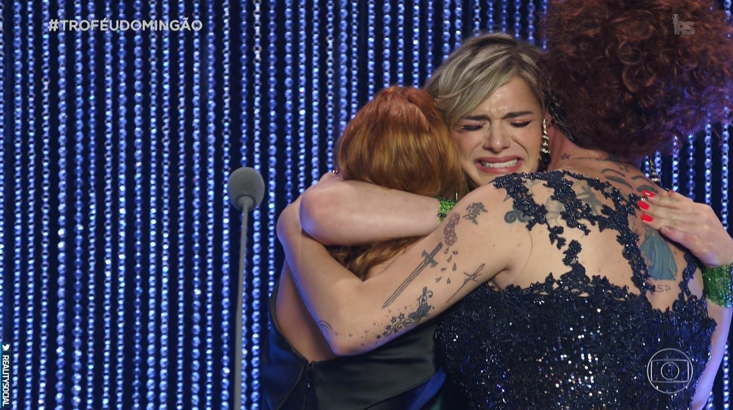"""Glamour Garcia leva o prêmio de """"Atriz Revelação"""" no Troféu Domingão"""