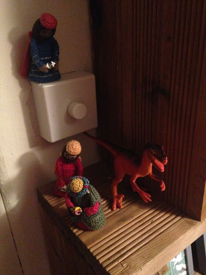 Day 8. Balthazar and Melchior quietly make their way past the plastic dinosaur. Meanwhile, Caspar is feeling dim. #knittedmagipic.twitter.com/0yjpjtsQGe