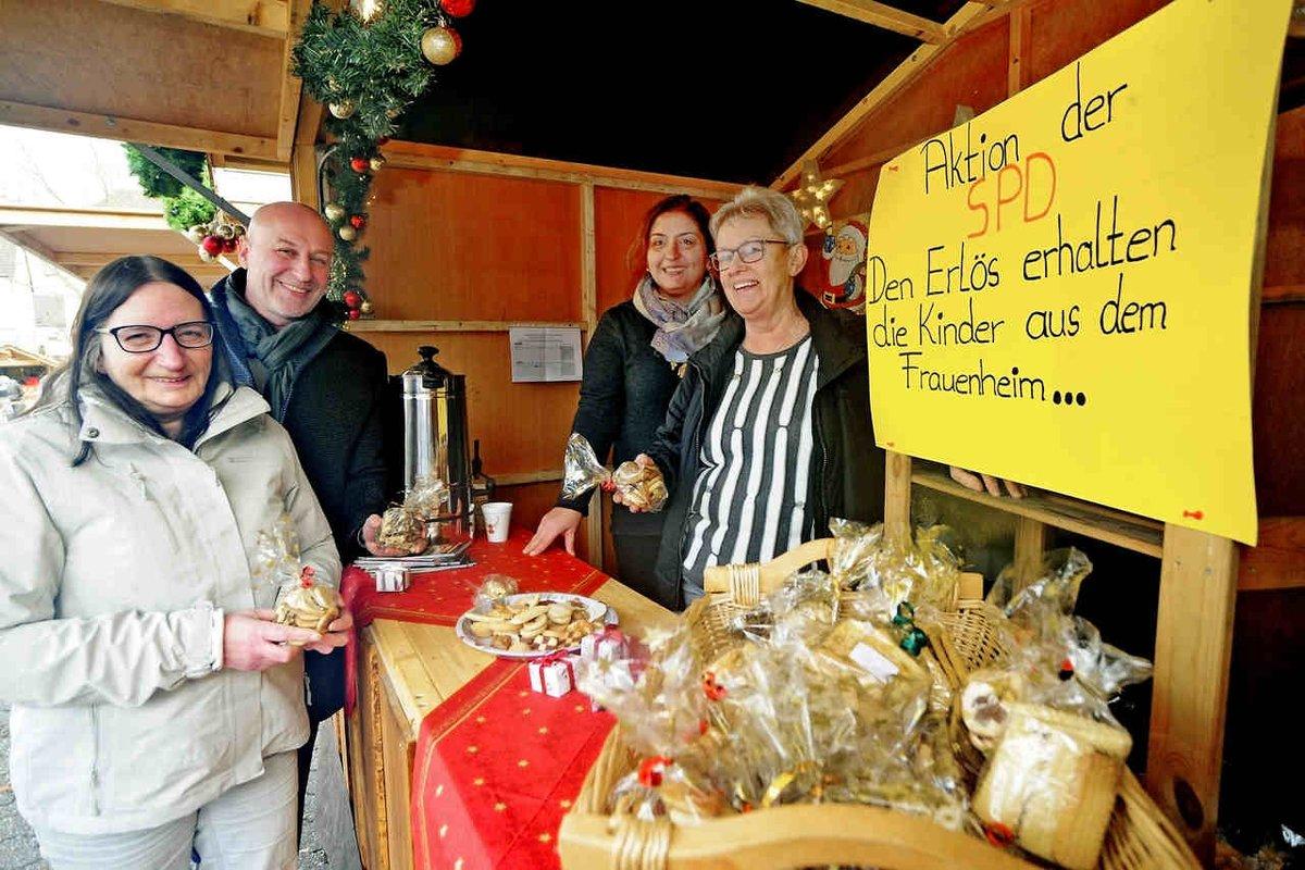 Sibel Soylu-Kara, Ratsfrau der SPD, stand am letzten Samstag im Weihnachtsmarkthäuschen der Sozialdemokraten auf dem Moerser Weihnachtsmarkt. https://lokaleblicke.com/spd-frauen-sammelten-auf-dem-moerser-weihnachtsmarkt-fuer-die-kinder-die-im-frauenhaus-zuflucht-gefunden-haben/…pic.twitter.com/rzDgBCu6dJ