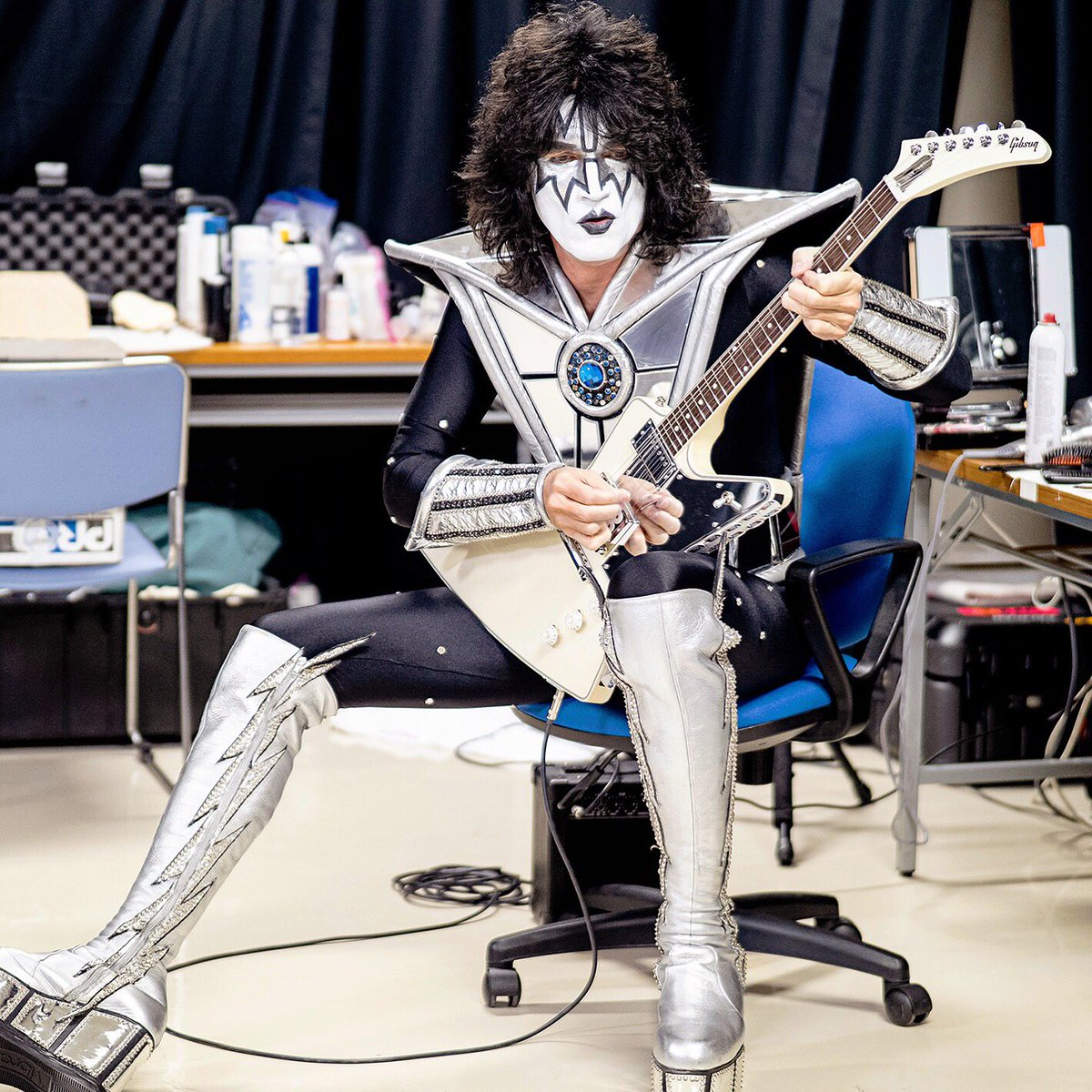 Five minutes to showtime in #Morioka #kissendoftheroadtour @rosshalfin photo
