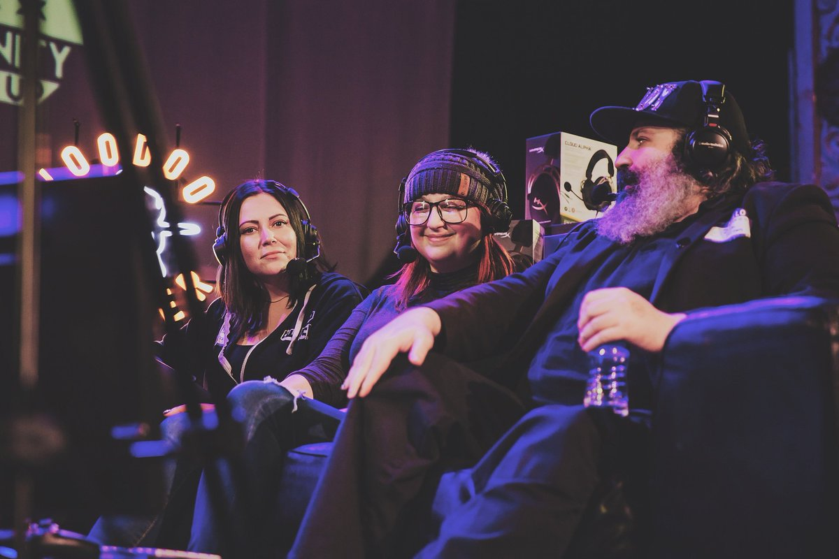 Actual footage of me smiling like a god damn goober getting to hang out and discussing pizza with @MindofSnaps, @DJClicheDarknes and @okaydrian on stage at Twitch Chicago and definitely not shitting my heart out through that couch due to my excitement : @Camdelle_pic.twitter.com/MAQ3e66Yk0