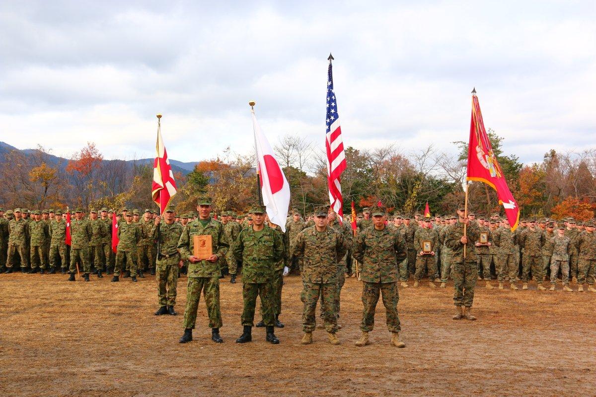 日米共同訓練~フォレストライト~ 特集25  訓練終了式 全ての訓練日程を無事終了しました。第8普通科連隊は実戦経験に裏づけられた米海兵隊の高い戦闘戦技能力を肌で感じることができました。今後も訓練を積み重ね更なる精強化を図っていきます。 厳しい環境下で共に訓練した米海兵隊に感謝します。